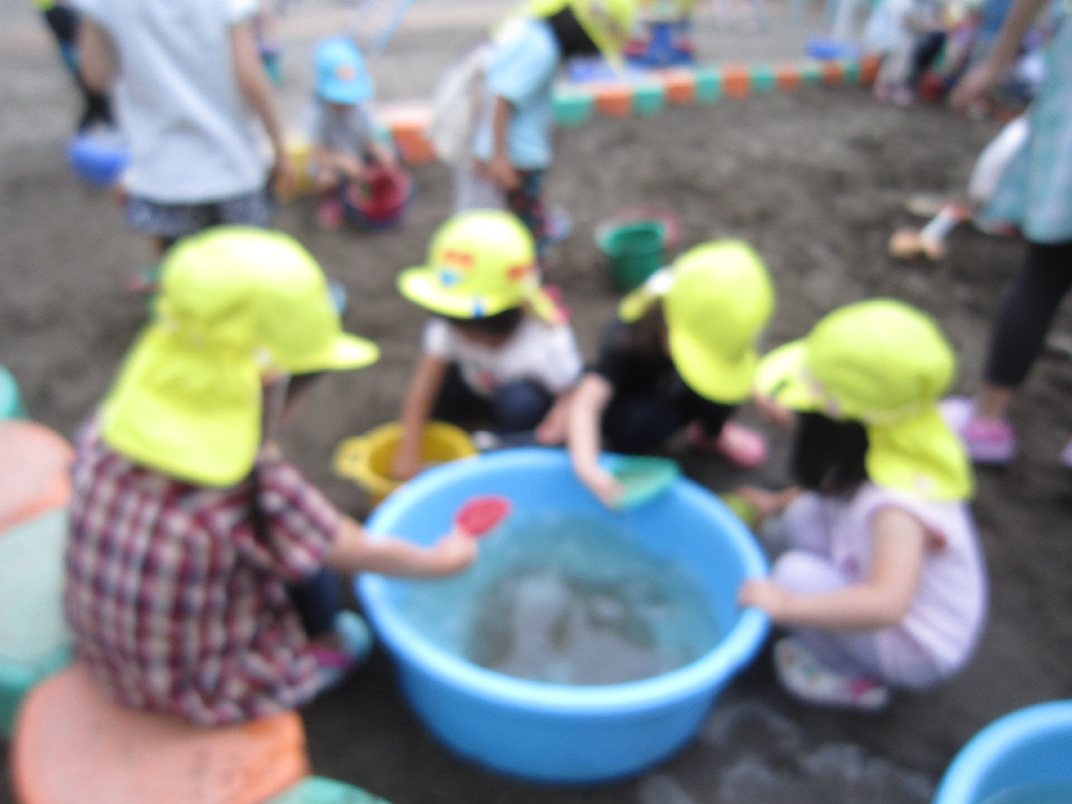 園庭での水遊び