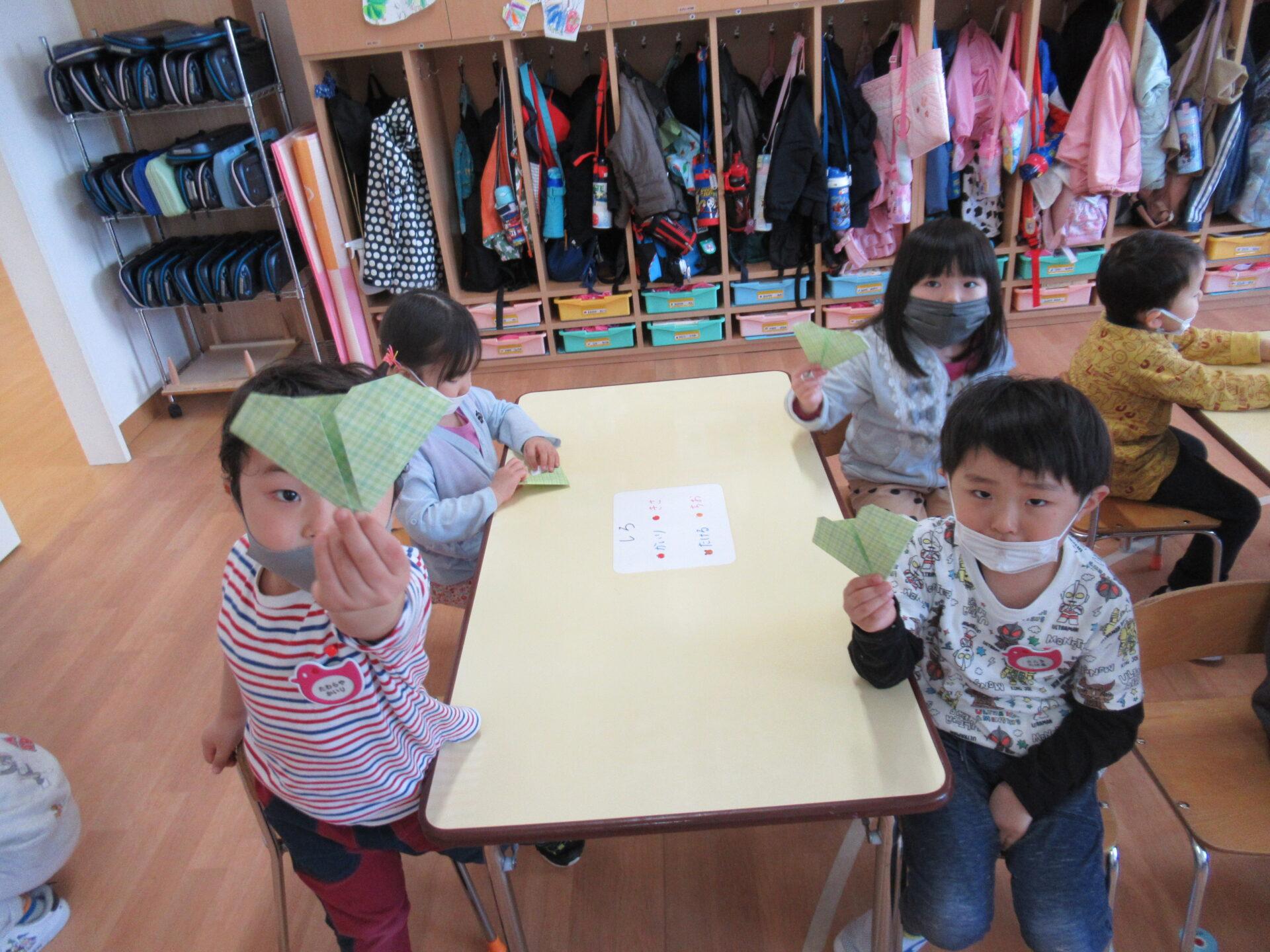 うさぎ組「初めての折り紙製作」