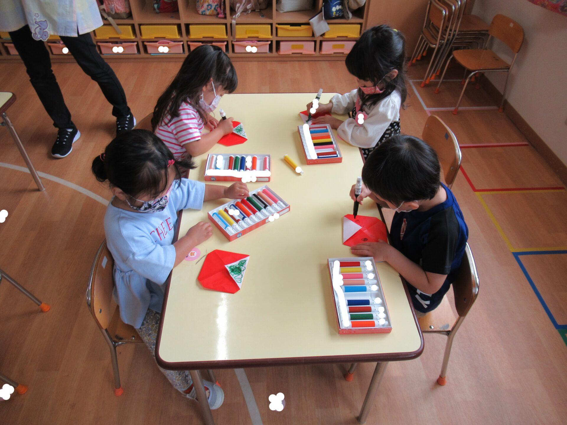 りんご組「新聞あそびや折り紙製作したよ☆」
